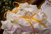 Portafedi con rose sferico fatto a mano