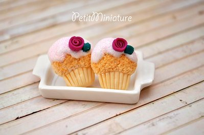 ORECCHINI MINI CUPCAKE a lobo 1,8mm in fimo con glassa bianca-rosa e brillantini-fatto a mano made in italy