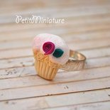 ANELLO MINI CUPCAKE a lobo 1,8mm in fimo con glassa bianca-rosa e brillantini-fatto a mano made in italy