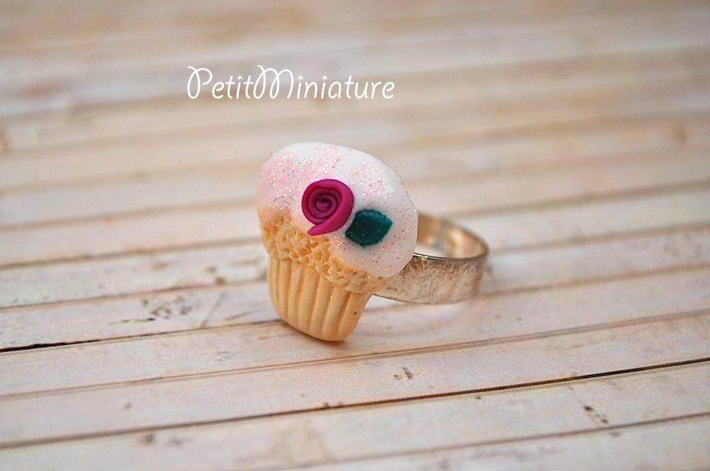 ANELLO MINI CUPCAKE a lobo 1,8mm in fimo con glassa bianca-rosa e brillantini-fatto a mano made in italy