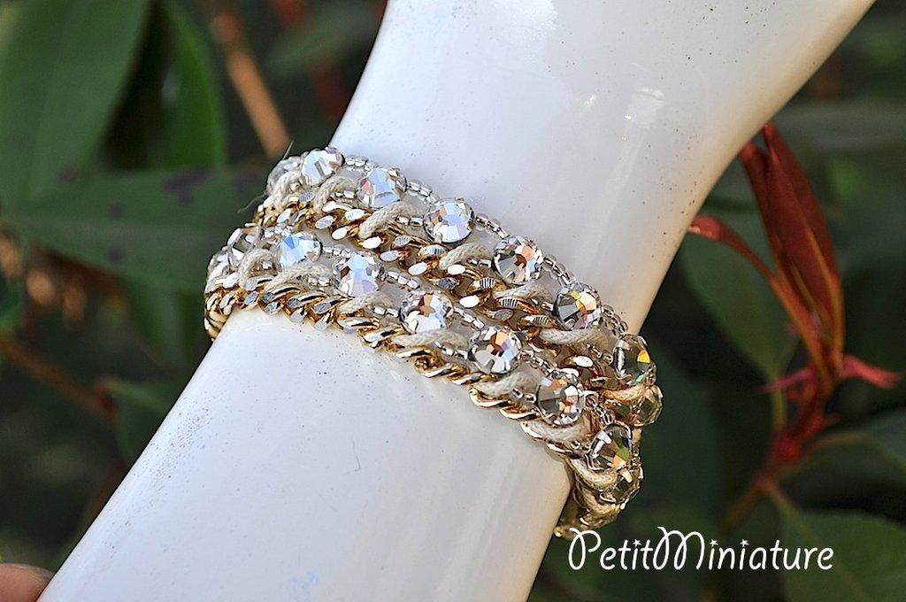 Bracciale in metallo oro vintage,con swarovski e perline delica,intrecciato a mano con filo cerato beige