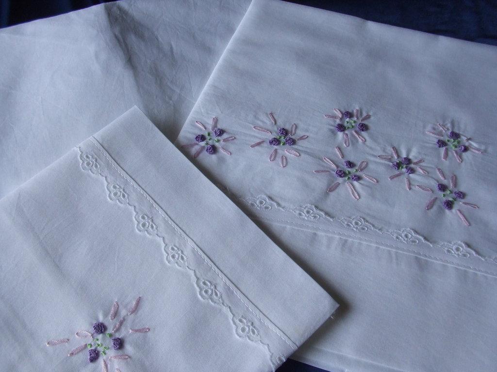 lenzuolino  culla cotone realizzato e ricamato a mano