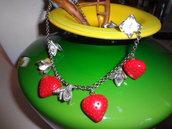 collana realizzata a mano con materiale vintage fragole e fiori argento
