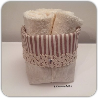 Cestino in cotone a righe con pizzo e tre lavette