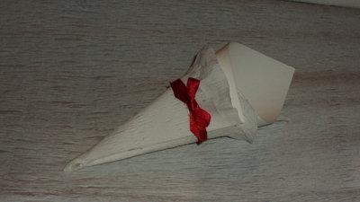 coni per riso confettata artigianali in cartoncino e fiocco rosso