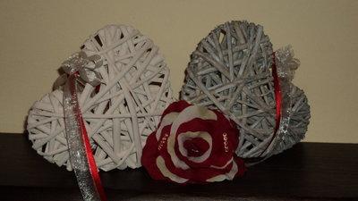 centrotavola realizzato a mano con cuori salice e rose rosse/panna