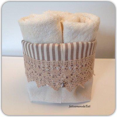 Cestino in cotone a righe e pizzo con tre lavette