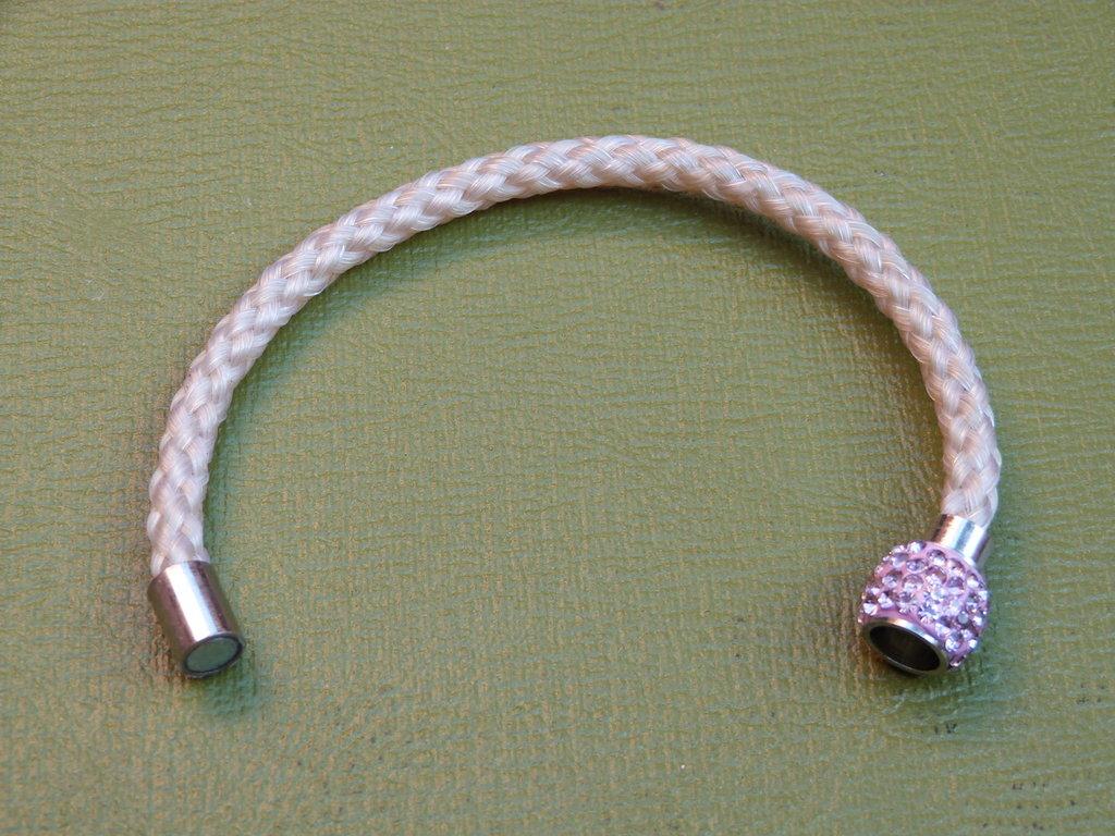 Braccialetto crine bianco chiusura magnetica tipo Swarovski rosa cm 17
