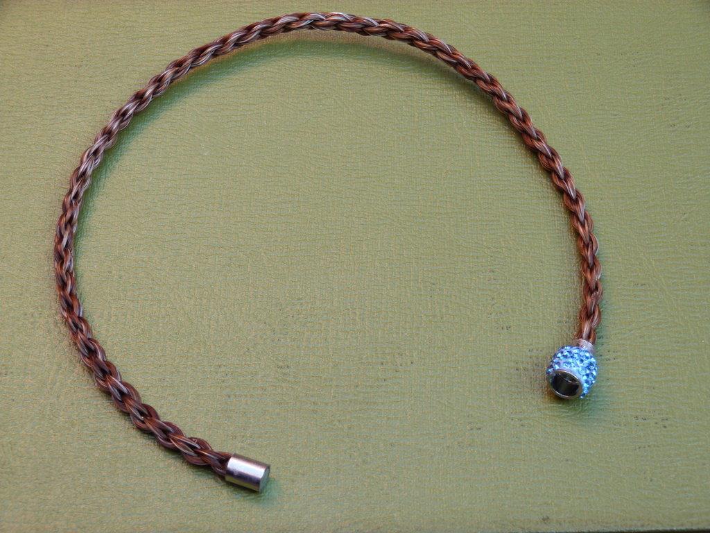 Girocollo crini roani chiusura magnetica tipo Swarovski azzurra cm 36,5