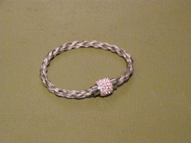 Braccialetto crine grigio chiusura magnetica tipo Swarovski rosa cm 19