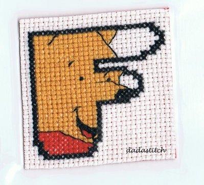 Lettera alfabeto ricamata a punto croce soggetto Winnie the Pooh