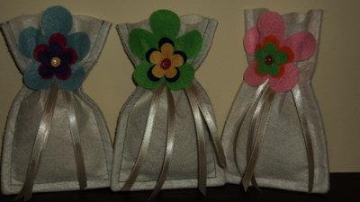 """sacchetto portaconfetti artigianale fai da te in pannolenci """"fiore stilizzato"""""""