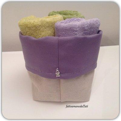 Cestino in cotone lilla con tre lavette lilla e verdi
