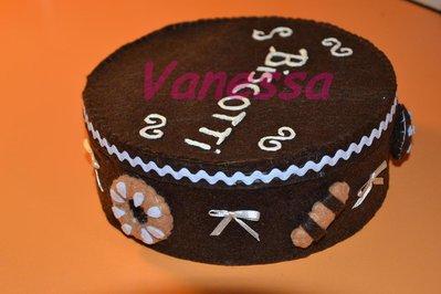 Scatola portabiscotti decorata con pannolenci