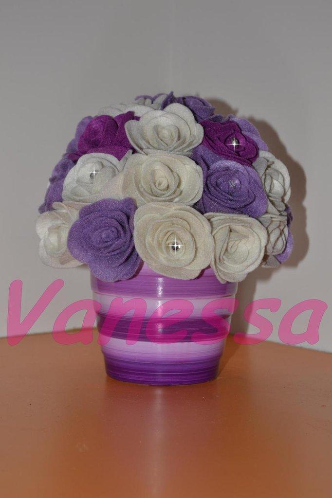 Vaso di rose in pannolenci