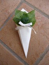coni riso confettata decorati a mano con foglie di edera