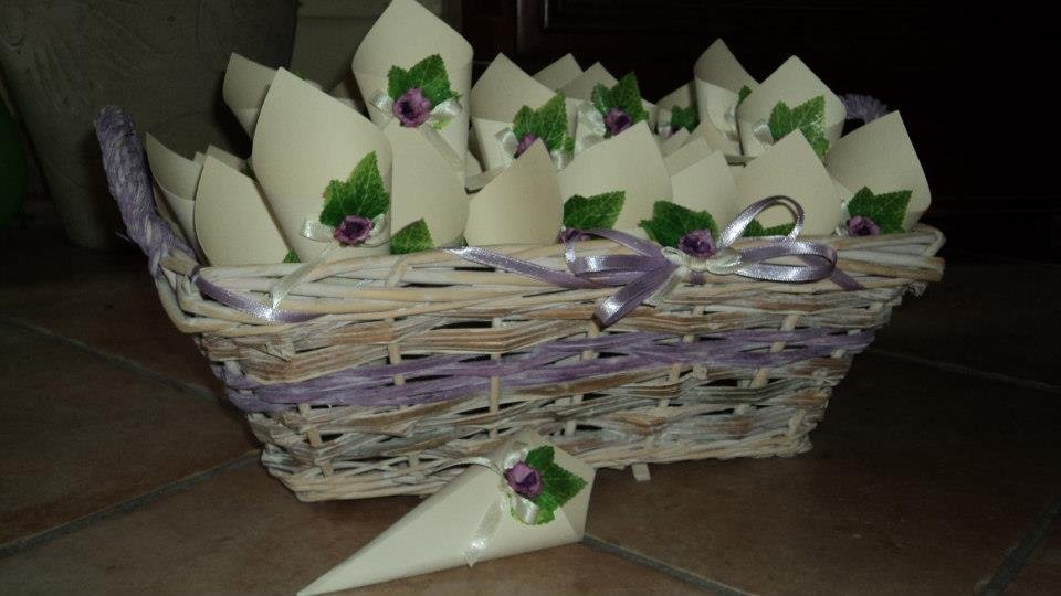 coni riso confettata n. 50 con cesto in composizione mista fiore lilla edera