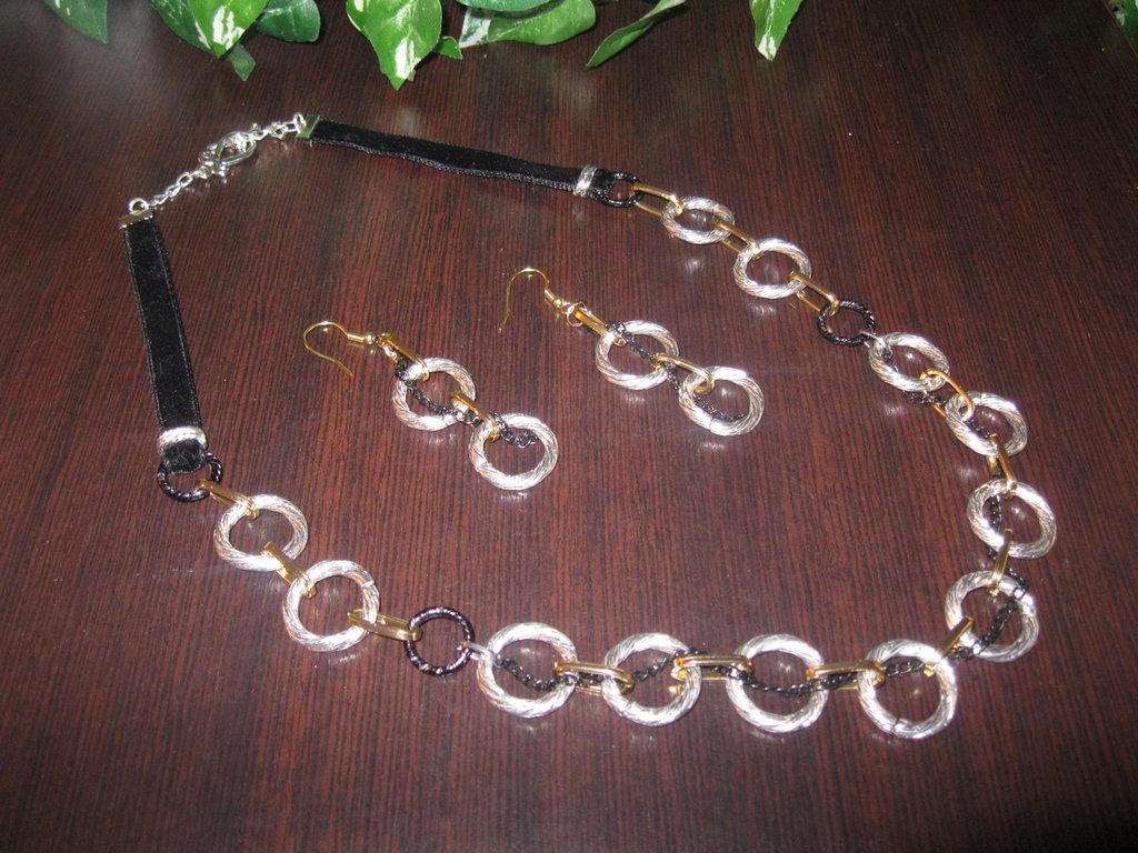 Collana con anelli di catena colorata