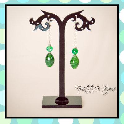 orecchini pendenti con pietre ovali verdi