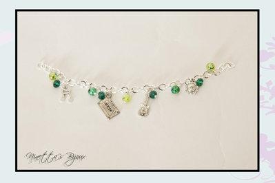 Bracciale con perle verdi e charm