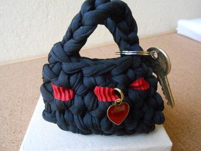 Portachiavi borsetta in  fettuccia nera , con cuore e nastro rosso, idea regalo.