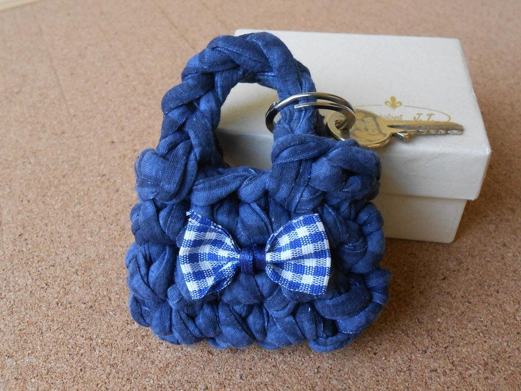 Portachiavi  borsetta in fettuccia color jeans con fiocchetto, idea regalo.