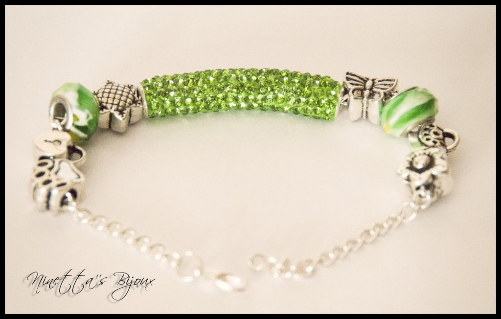 Bracciale con perle foro largo e strass verde chiaro