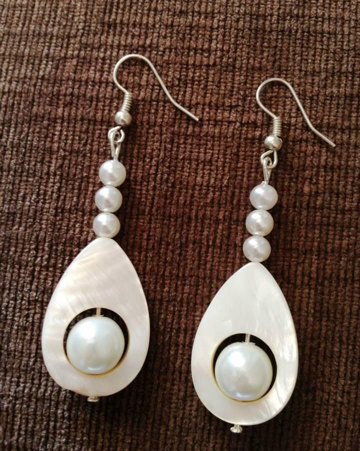 Orecchini pendenti con perle bianche