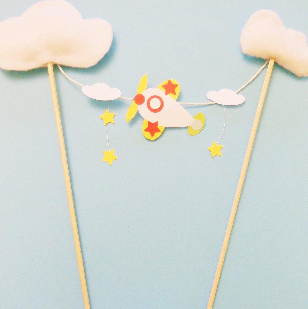 Cake-topper di carta a forma di aereoplano e nuvole: per una festa celestiale!