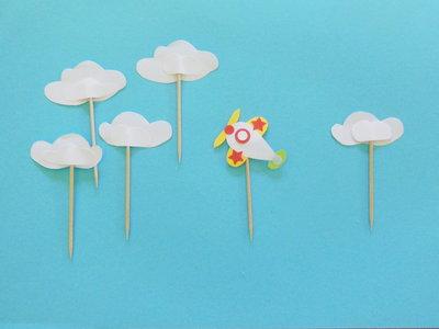 Set da 12 cupcake-topper di carta a forma di aeroplano e nuvole: per una festa celestiale!