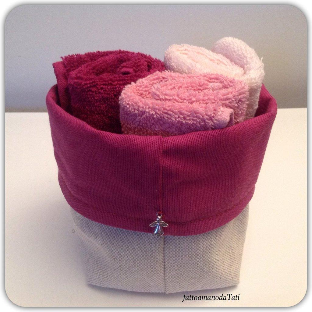 Cestino in cotone fucsia con tre lavette sui toni del rosa