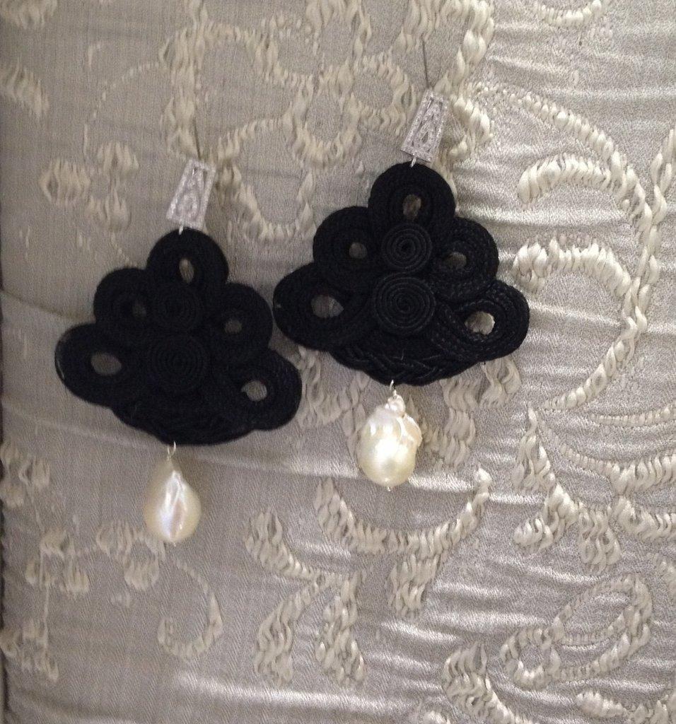 orecchini con centrino nero e perle bianche