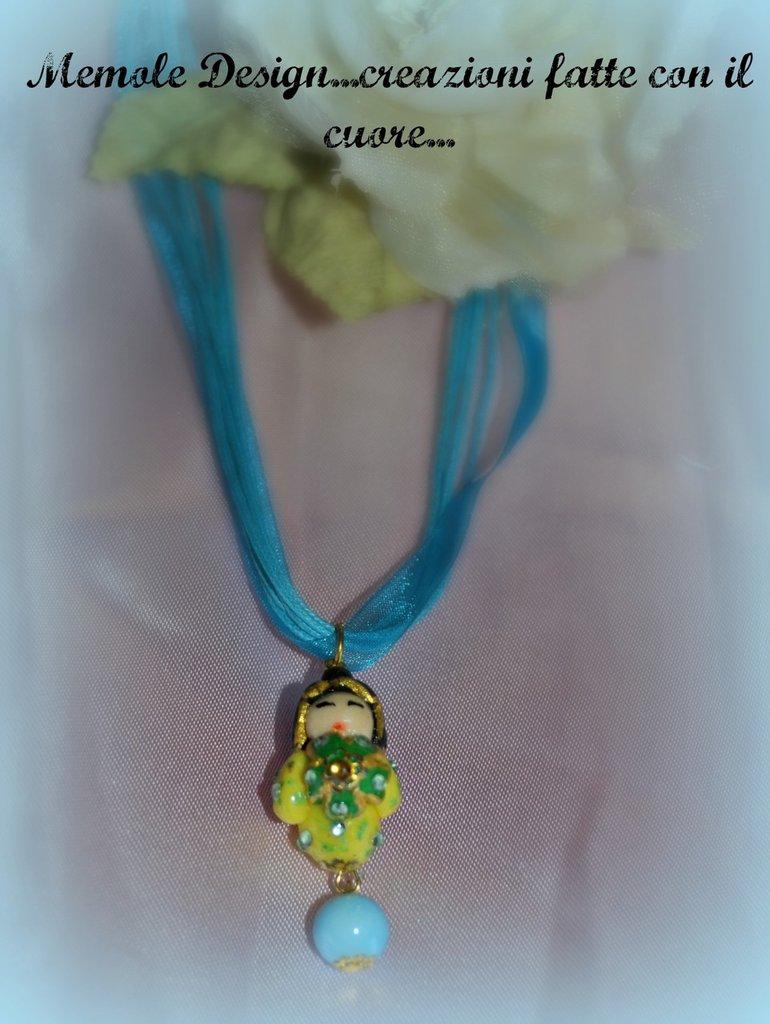 Collana turchese con ciondolo rappresentante una kokeshi-Memole Design