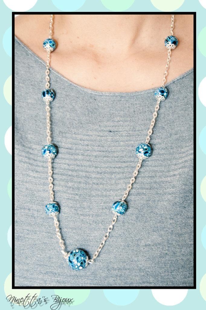 collana con perle in fimo blu