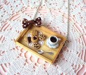 Collana colazione su vassoio in legno con caffè e biscotti in fimo