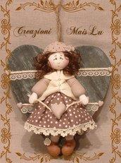 Polly ShabbyChic - Bambolina in pasta di mais su cuore in legno