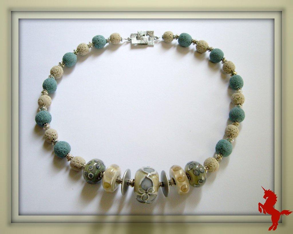 Collier ras du cou en perles de verre filé et pierre de lave