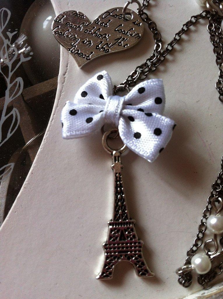 Collana Tour Eiffel con perle bianche e cuore fatta a mano