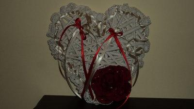 cuscino per fedi cuore in vimini bianco rosa rossa