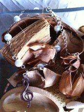 Bracciale chiave di violino con perline bianche, chiusura regolabile, fatto a mano