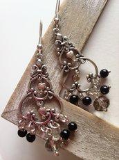 Orecchini pendenti con perline nere e cuoricini