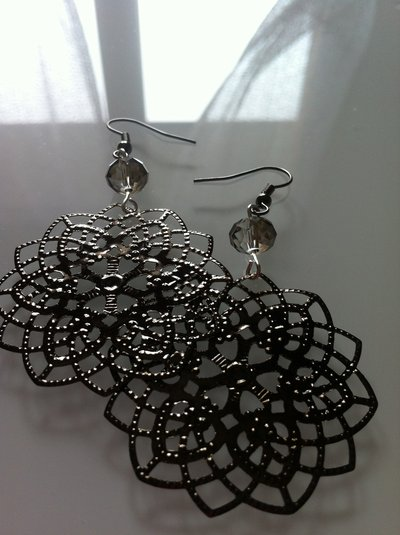 Orecchini con pendenti a fiore neri e perlina, fatti a mano