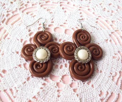 orecchini in fimo color caramello con ghirigori e applicazione vintage