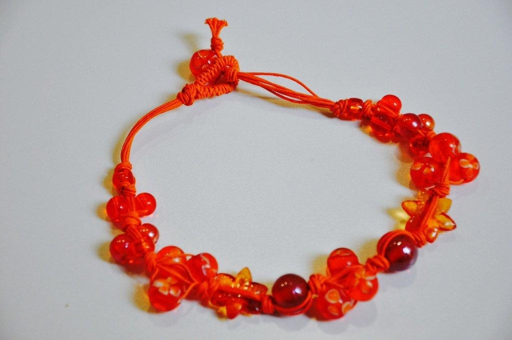 Collana con cordino arancione e perline nelle tonalitá arancio