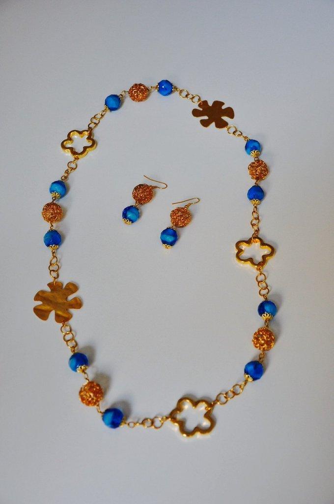 Collana e orecchini con catena dorata, perline azzurre e inserti dorati
