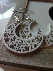Orecchini luna bianchi con pendenti in legno fatti a mano