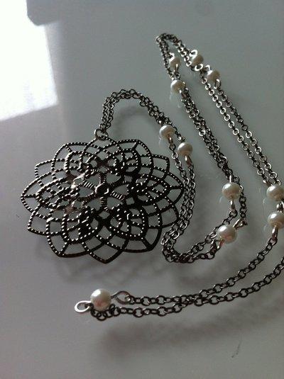 Collana lunga fiore nero con perline bianche fatta a mano