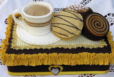 scatola rivestita in feltro cappuccino e brioches