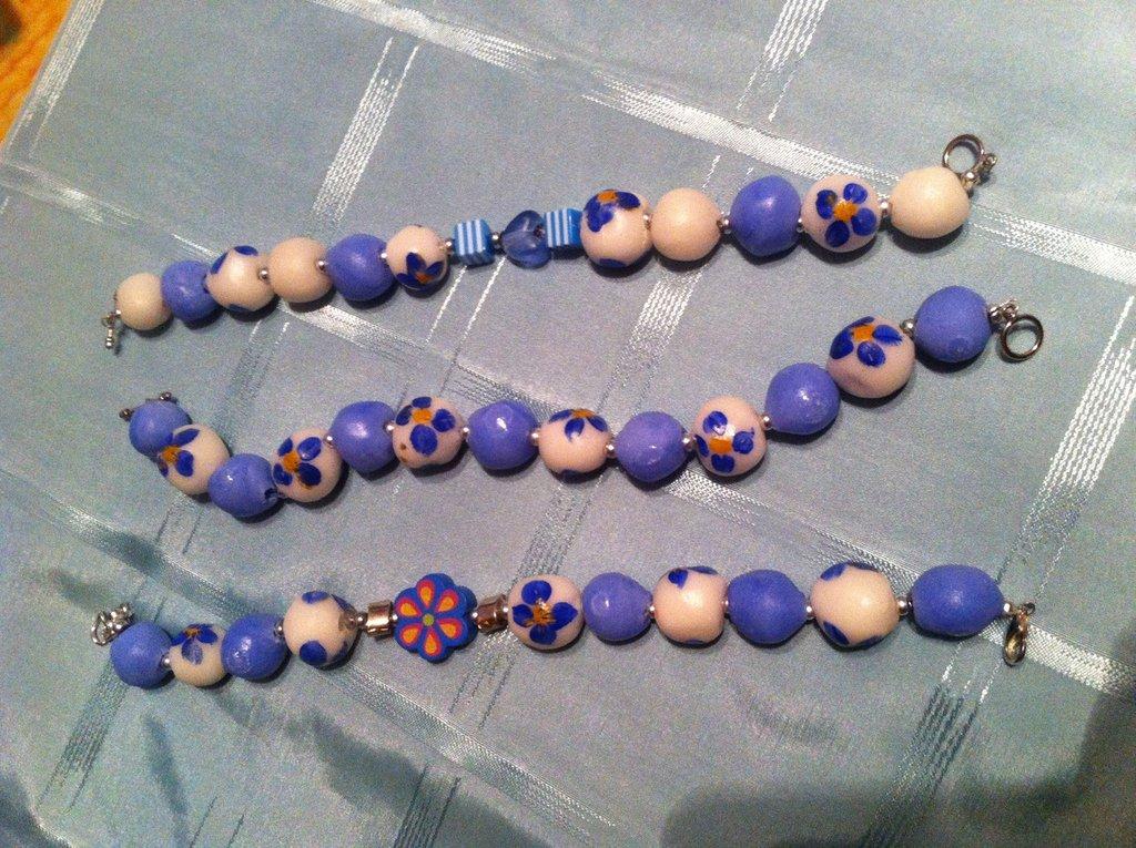 bracciale blu con perline in pasta di sale