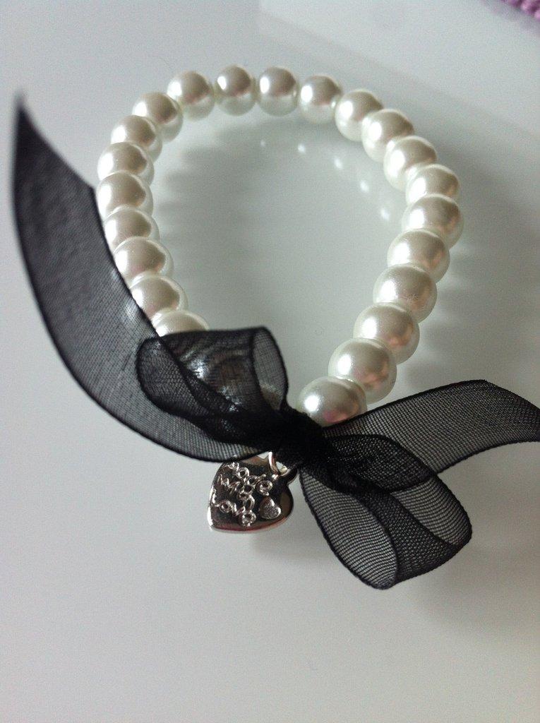 Bracciale di perle bianche con pendente a cuore